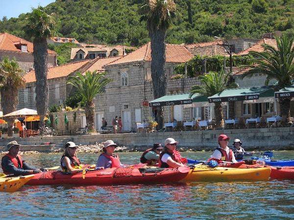 Gruppe mennesker padler i Kroatia.