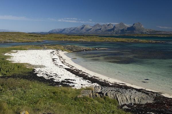 Helgelandskysten med de syv søstre i bakgrunnen.