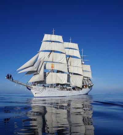 Christian Radich seiler på blått hav.