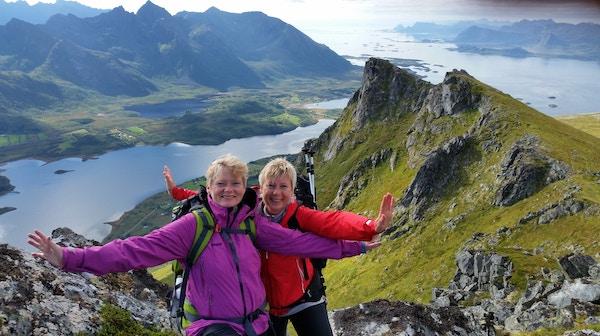 To mennesker på fjelltur, Lofoten.