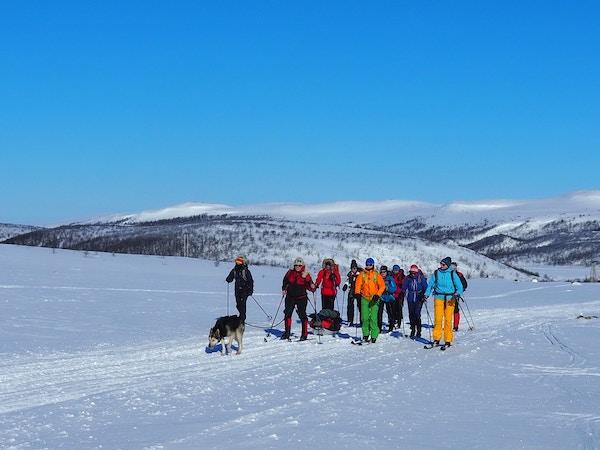 Gruppe mennesker på skitur over Finnmarksvidda.
