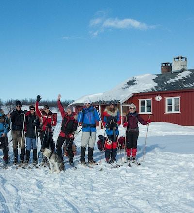 Mennesker utenfor Ravnastua på Finnmarksvidda.