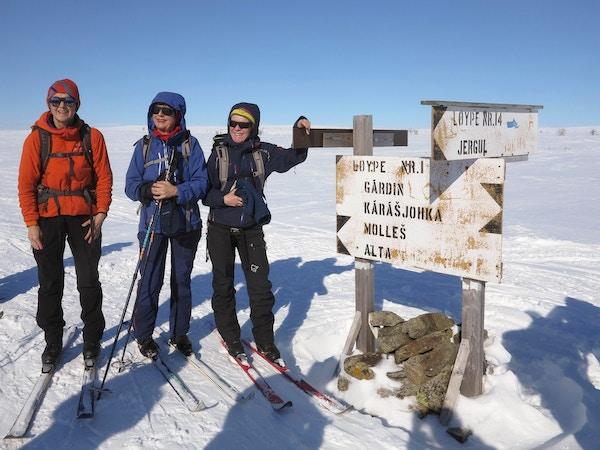 Mennesker på ski på Finnmarksvidda.