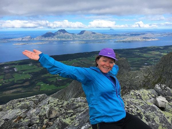 Kvinne på fjell på Helgelandskysten.