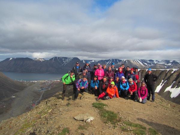 Turister på fjelltopp, Svalbard.