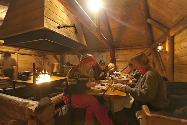Mennesker spiser middag, Camp Barentz.