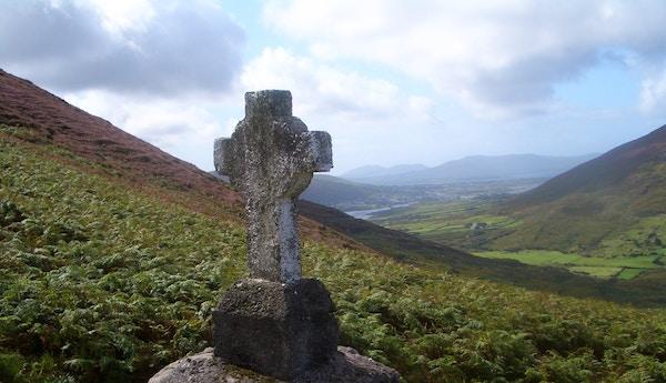 Et kors ved pilegrimsruten til toppen av Knocknadoobar.