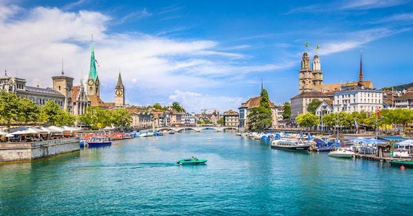 Zürich i Sveits en sommerdag med elven Rimmat.