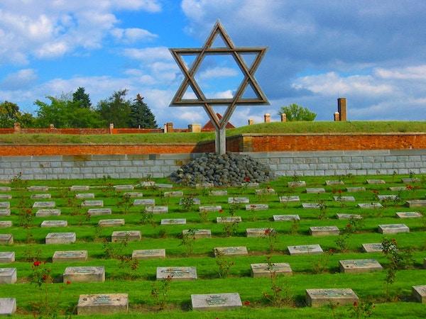 Kirkegården i Terezín konsentrasjonsleir i Tsjekkia.