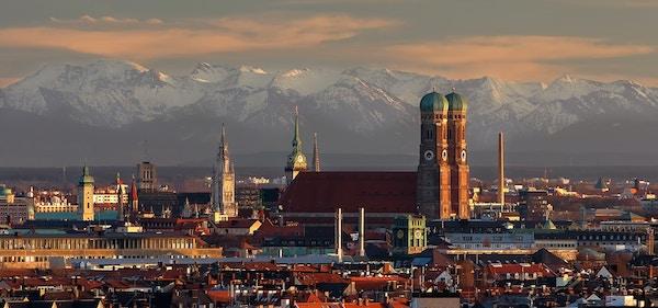 Oversiktsbilde over München i Tyskland med den mektige Frauenkirche