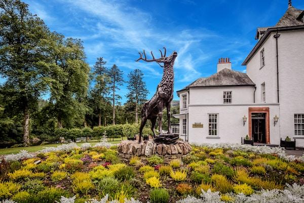 Den vakre fasaden til Dunkeld House i Skottland.
