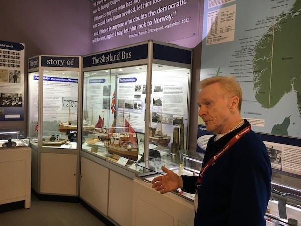 Shetland museum med guide som snakker.