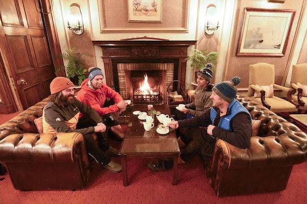 Mennesker drikker kaffe på hotell i Skottland.
