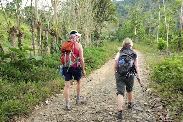 To personer på fottur på Costa Rica.