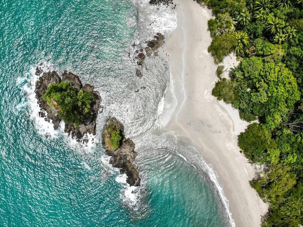 Flyfotot av strand i Costa Rica.