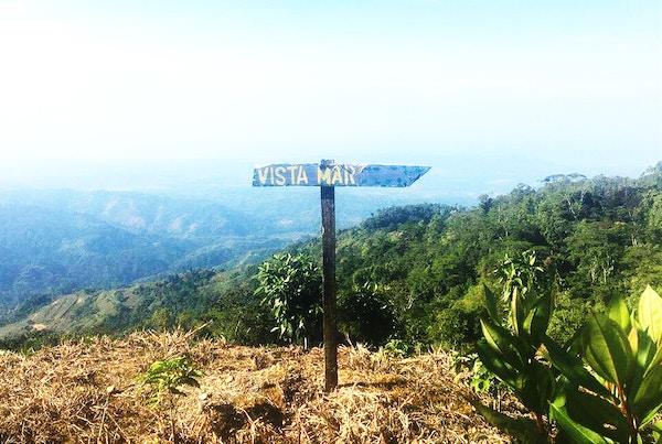 Oversiktsbilde med skilt over natur på Costa Rica.