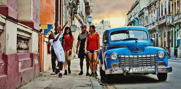 Mennesker på gaten i Havanna, Cuba.