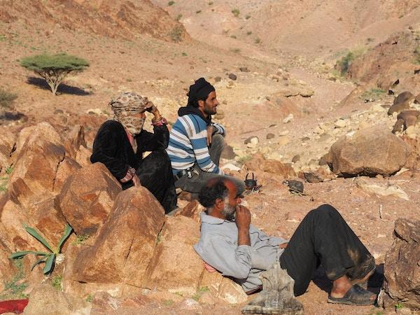 Mennesker slapper av i Wadi Rum-ørkenen i Joran.