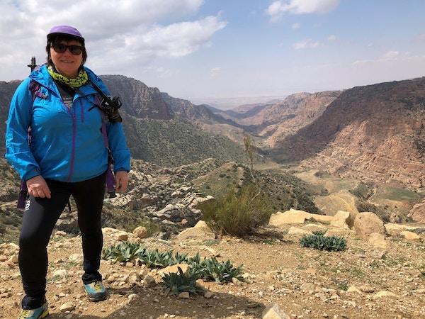 Person nyter utsikten på en gammel beduinrute i Jordan