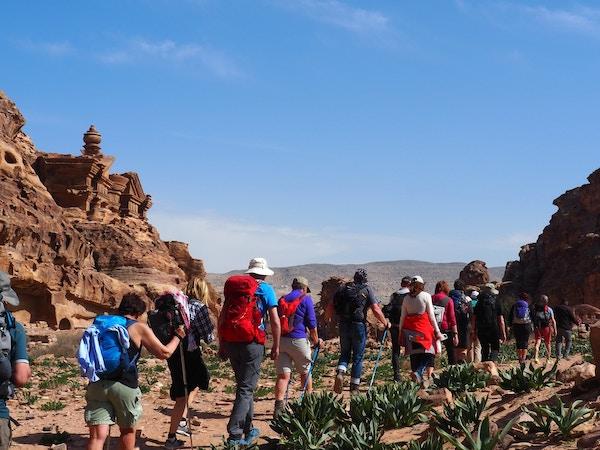 Mennesker på vandring inn til Petra, Jordan.