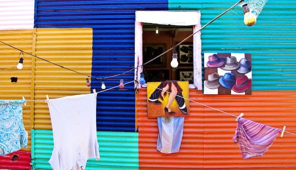Fargerik husfasade i Argentina.