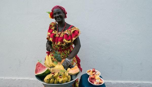 Kvinne som selger frukt i Colombia.