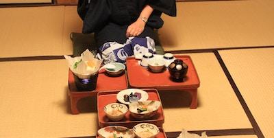 Japansk måltid på gulvet