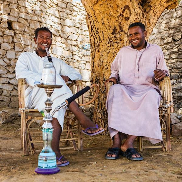 Egyptiske menn røyker vannpipe
