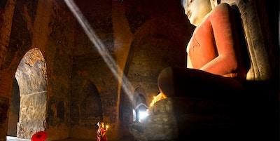 Liten munk i tempel i Bagan.