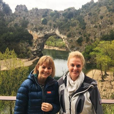 Anja og Birgit foran Pont d Arche i Ardèche