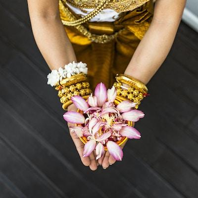 Hender holder orientalsk blomst