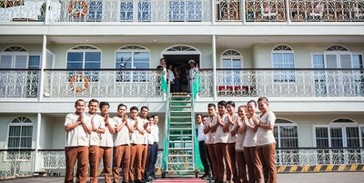 Mekong Navigator, ansatte ønsker velkommen