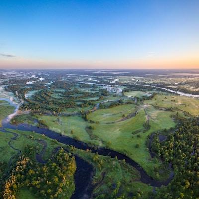 Flatt landskap med elver i Hviterussland