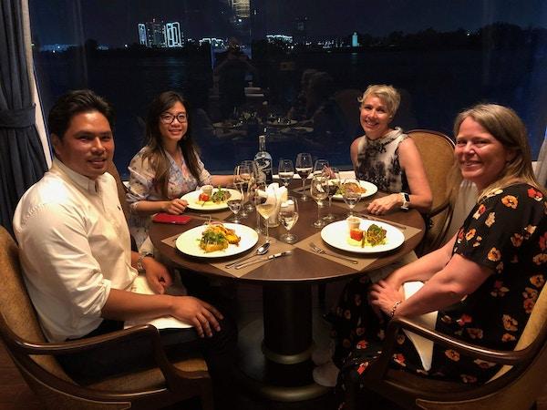 Cecilie og Vibeke spiser middag med familien som driver Lotus Cruises