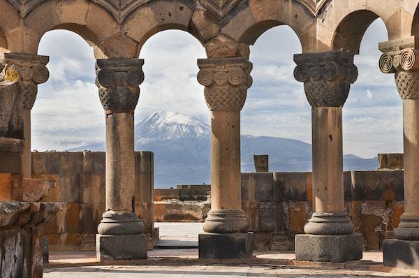 Zvartnot-tempelet og fjellet Ararat i bakgrunnen.