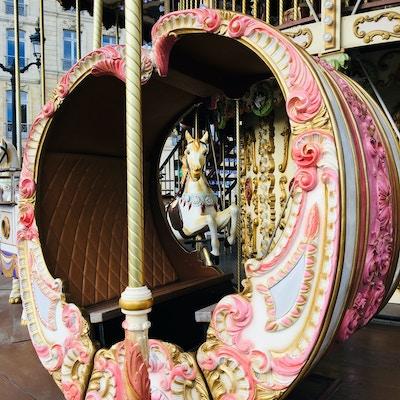 Nærbilde av gammel karusell i Bordeaux