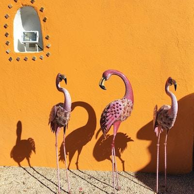 Flamingofigurer på terrassen.