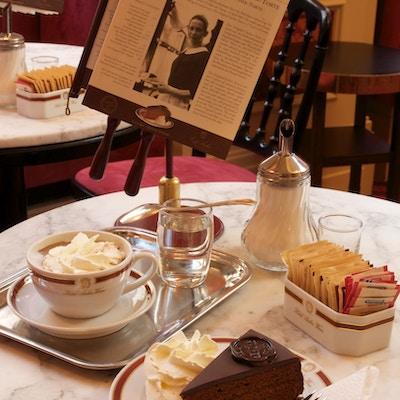 Typisk for en kafé i Wien: Kaffe, vannglass, kake og aviser.