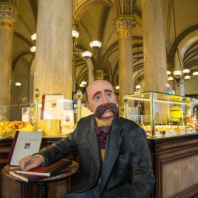 Peter Altenberg sitter fremdeles ved bordet på sin favorittkafé, Café Central.