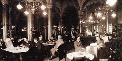 Café Central har eksistert siden 1876, her ser du herrene med avisene sine en ettermiddag rundt år 1900.