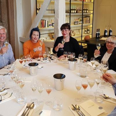 Rundt lunsjbordet med musserende viner på Nyetimber.
