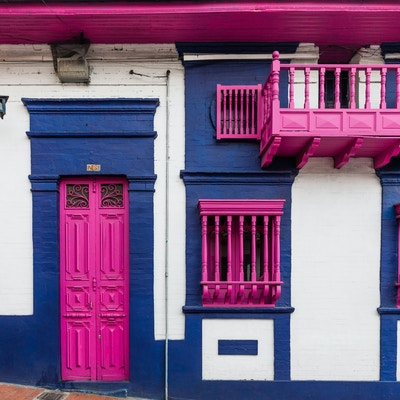 Knall rosa dører og balkonger i Bogota