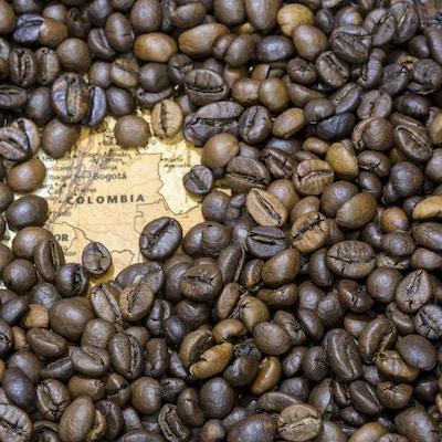 Kaffebønner og kart over Colombia
