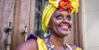 Fargerik dame i Colombia