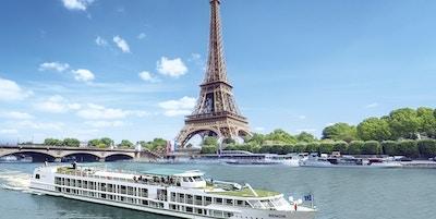 Elvecruisebår ved Eiffeltårnet.